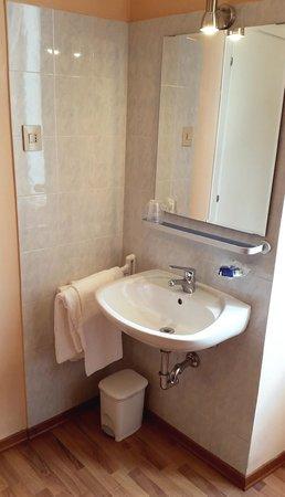 Nuovo Albergo Centro: lavandino in camera - camere senza bagno privato