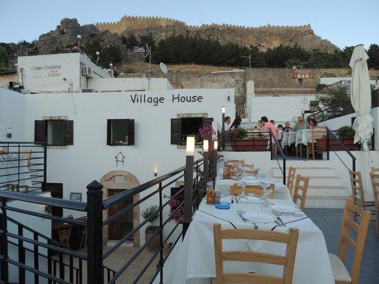 Lindos di notte dal ristorantino con terrazza che avevamo scelto per la cena