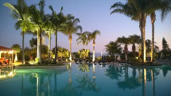 Suite Hotel Eden Mar: Poolområdet om aftenen