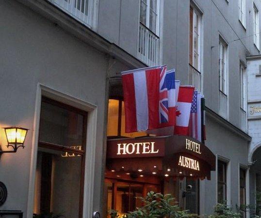 Hotel Austria : ingang hotel in rustig steegje