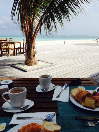 Meeru Island Resort & Spa : Breakfast ..,. Beat that view!