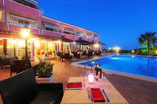 Sa Barrera: Relaxed poolside dining