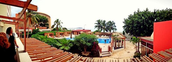Ibis Dakar: Shared garden + pool Ibis/Novotel