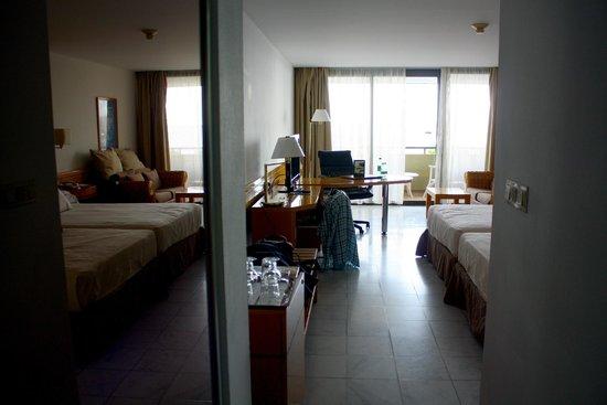 Melia Habana: Blick vom Zimmereingang zum Balkon