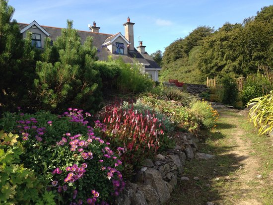 Gortnadiha Lodge: Looking up the driveway to the lodge - beautiful flowers