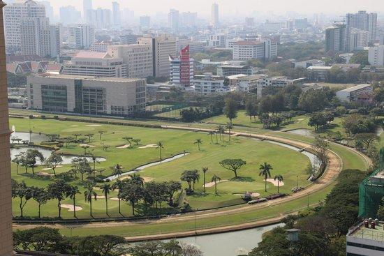 Renaissance Bangkok Ratchaprasong Hotel: views from pool overlooking Lumpini park