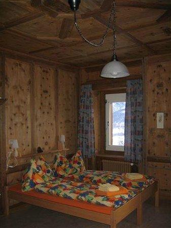 Hotel Bellavista: in Arvenholz getäfertes Familienzimmer