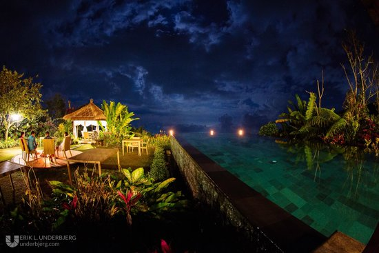 Munduk Moding Plantation: Nighttime view from the restaurant