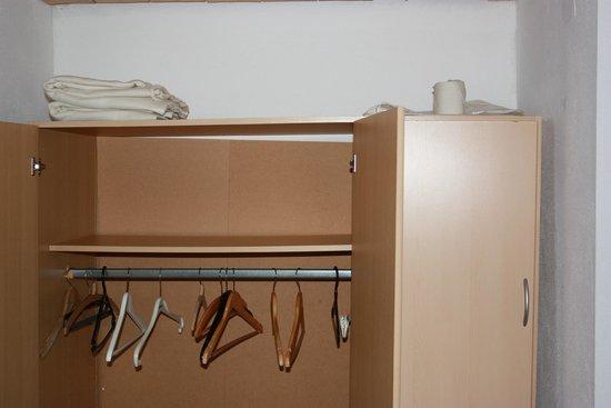 Bergheimat Gasthof: Schiefer, defekter Kleiderschrank