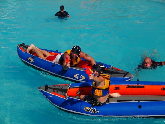 Holiday Village Menorca: canoe racing in the pool