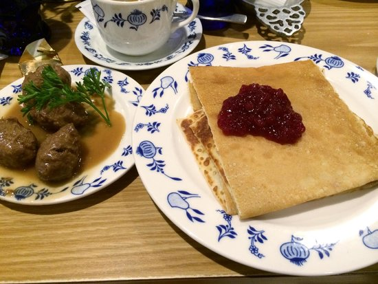 Al Johnson's Swedish Restaurant & Butik: Swedish pancakes with meatballs on the side