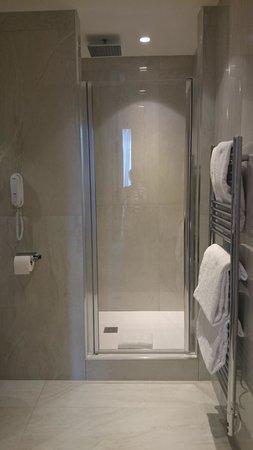 Grand Hotel La Cloche Dijon - MGallery Collection : shower