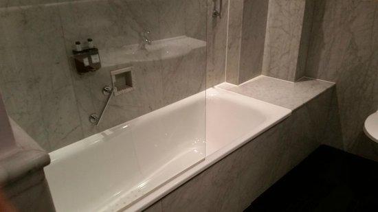 Radisson Blu Edwardian Grafton Hotel: Lovely bathtub