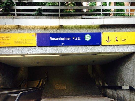Hilton München City: ホテル正面入口脇すぐに地下鉄の入口が