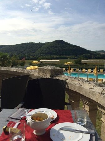 Chateau de Monrecour: vue depuis la terrasse arrière