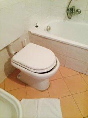 Hotel Ariston: bagni rinnovati, ma nella fretta errore di misura copri water