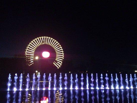 Mirabilandia: Le fontane e la ruota più alta d'Europa.