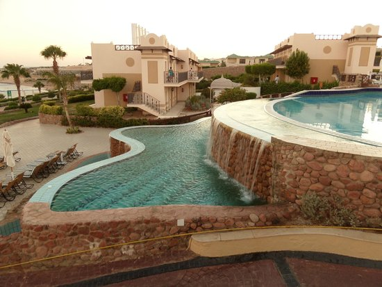 Concorde El Salam Front Hotel: End of the infinity pool and waterfall.
