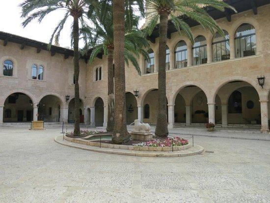 Palau de l'Almudaina: Внутренний дворик - из него получаются красивые фото собора