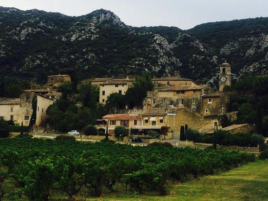 Hotel La Bastide du Bois Breant : Maubec, le village voisin (300 m)