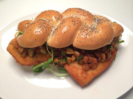 Antica Stella: Mumma's Burger: cotoletta di pollo con rucola e caponatina in una treccia di pane fatta a mano!!