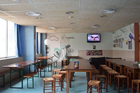 Be Dream Hostel: Dining room to have breakfast or to enjoy the food that you made in the guest kitchen.