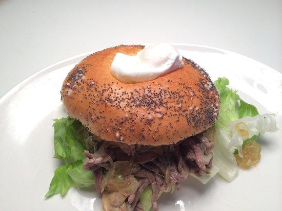 Antica Stella: Carnita Bonita Bagel :Fesa america grill con funghetti,formaggio e cipolle in un Bagel caldo fat