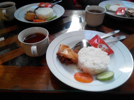 Hotel Poncowinatan: Breakfast