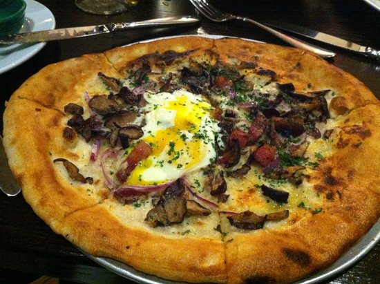 The Manship : funghi pizza