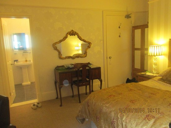 Hotel Carlton: View of bedroom and bathroom