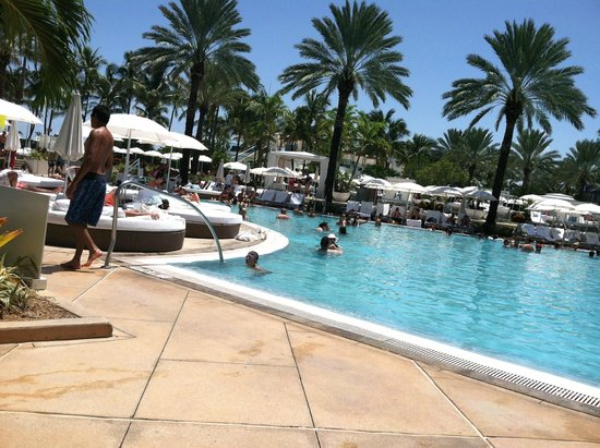 Fontainebleau Miami Beach: casual by the pool