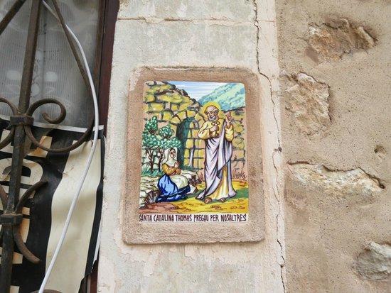 La Cartuja de Valldemossa : Изображения Св Каталины почти на каждом домике