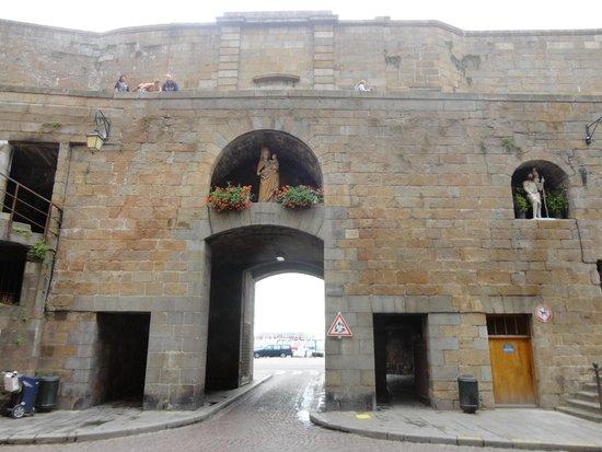 Les Remparts de Saint-Malo : une porte des rempats