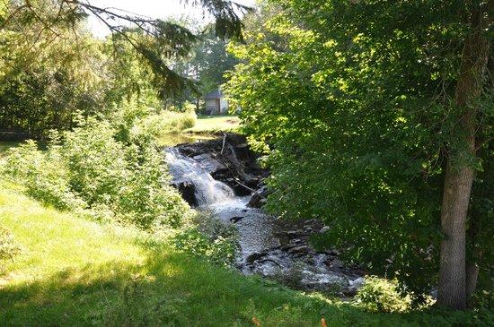Auberge du Chemin du Roy: la rivière au fond du jardin
