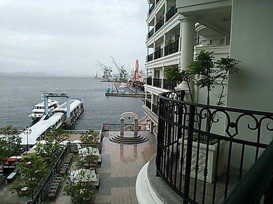 Hotel La Suite Kobe Harborland : 窓からみえるホテルの外観