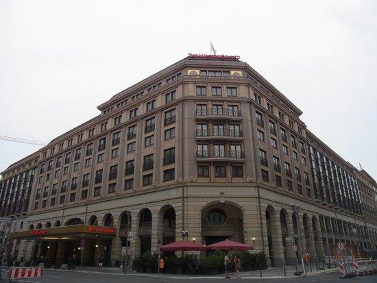 The Westin Grand Berlin: 外から眺めるといくつかの建物に分かれている