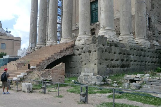 Palatin: One of ancient temples to the Gods