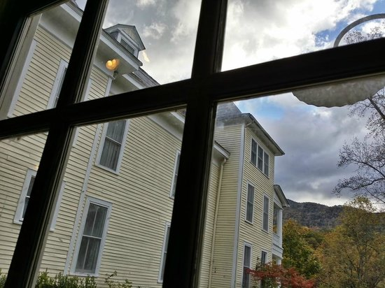 Balsam Mountain Inn & Restaurant: Looking out from the dining room