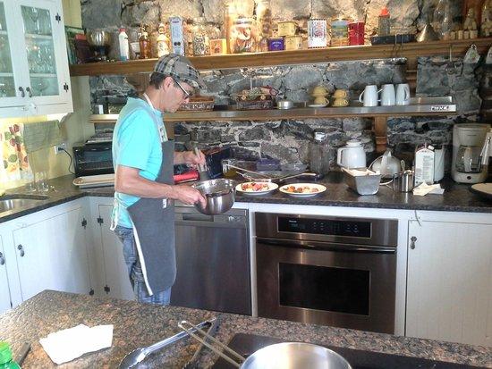 Maison La Chapeliere : Claude cooking breakfast
