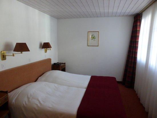 Hotel Kreuz & Post: シンプルなベッド