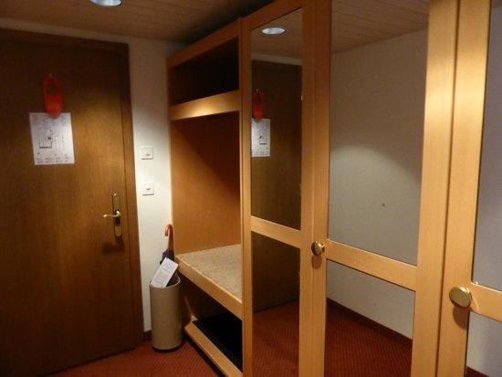 Hotel Kreuz & Post: 部屋の入り口&クローゼット
