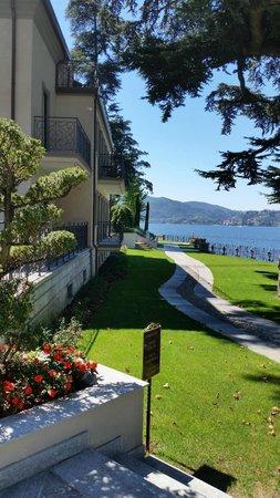 Casta Diva Resort & SPA: Outside Villa Gilda - lakeside promenade