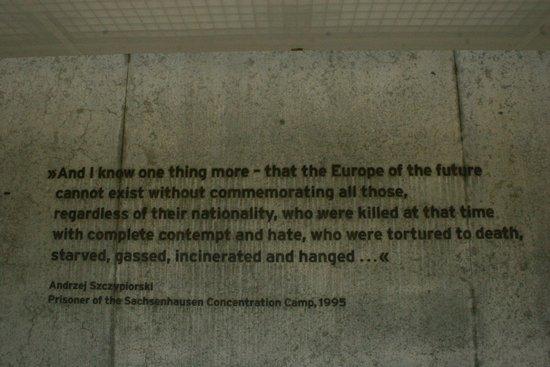Gedenkstätte und Museum Sachsenhausen: Frase di un ex prigioniero riportata nel memoriale dei caduti da tenere presente per l'Europa di