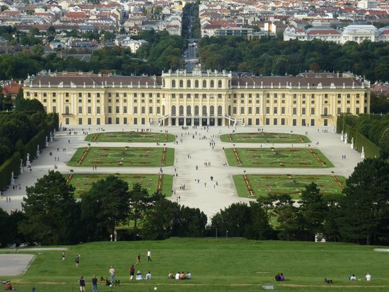 Palacio de Schönbrunn: View of Palace from top of Gloriette