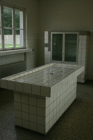 Gedenkstätte und Museum Sachsenhausen: uno dei due tavoli dove venivano eseguite le autopsie dei deceduti