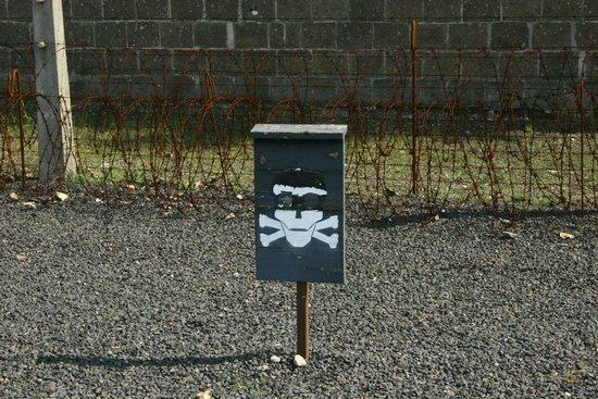 Gedenkstätte und Museum Sachsenhausen: Area in ghiaia precedente fili elettrici; calpestarla significava morire