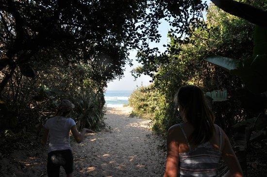 Zeranka Lodge: Little walk to the beach