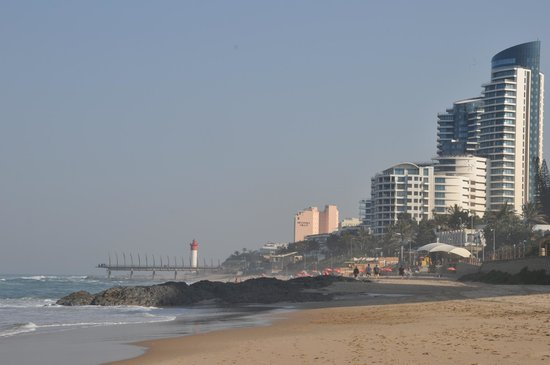 Zeranka Lodge: View along the beach towards Durban
