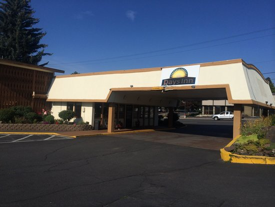 Days Inn Bend: Canopy falling down