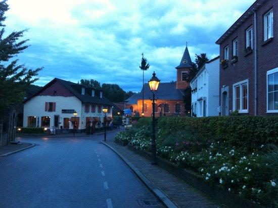 Hotel en Brasserie De Zevende Heerlijkheid: evening in the village